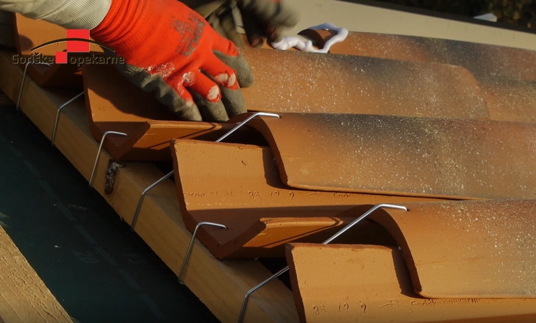 How to fit clay roof tiles using dry installation system - VIDEO